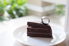 czekoladowe ciasto ciemności smakowity wyśmienicie deser na bielu talerzu Hom Obrazy Stock