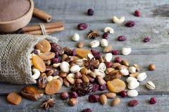 Czekoladowe dokrętki suszący owoc i cukierek zdjęcie royalty free