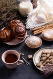 Czekoladowe Duńskie rolki, babeczki, jajka i kakao, Śniadanie słuzyć na drewnianym stole, dekorującym z wrzosem obraz royalty free