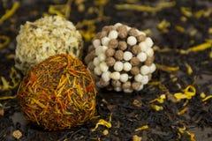Czekoladowe piłki pokrywać w płatków kwiatach i nu żółtych i pomarańczowych Obrazy Royalty Free
