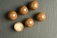 Czekoladowe piłki na czarnym tle Fotografia Stock
