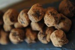 Czekoladowe trufle w kakao kropiącym Na łupkowej desce na drewnianym tle Zakończenie, tekstura fotografia stock