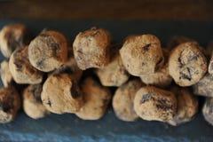 Czekoladowe trufle w kakao kropiącym Na łupkowej desce na drewnianym tle Zakończenie, tekstura zdjęcie royalty free