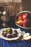 Czekoladowe trufle z jabłkiem i cynamonem Słodki domowej roboty deserowy handmade obraz stock