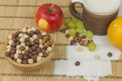 Czekoladowe zboże piłki w pucharze bambus Zdrowy śniadanie z owoc i mlekiem Dieta pełno energia i włókno dla atlet Zdjęcia Stock