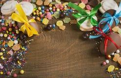 Czekoladowego cukierku jajek ciastek cukierki na drewnianym stole Obrazy Stock
