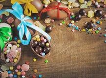 Czekoladowego cukierku jajek ciastek cukierki na drewnianym stole Fotografia Royalty Free