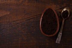 Czekoladowego jajka ith plombowanie dla wielkanocy na drewnianym tle Obraz Stock