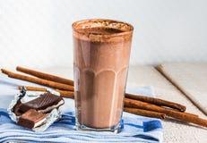 Czekoladowego mleka smoothie z bananem, masłem orzechowym i cynamonem, Obraz Stock