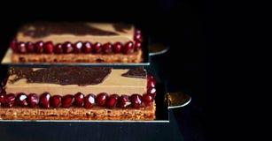 Czekoladowego mousse deser z granatowów ziarnami na czarnym tle obraz stock