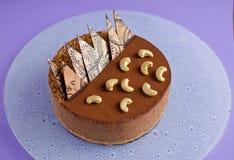 Czekoladowego mousse tort na purpurowym tle Obrazy Royalty Free