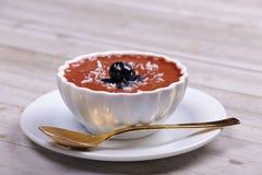 Czekoladowego puddingu deser z czarnymi jagodami fotografia royalty free
