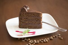 Czekoladowego torta plasterek z brown tłem Obrazy Stock