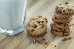 Czekoladowego układ scalony mleko i ciastka fotografia royalty free