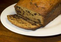 Czekoladowego układu scalonego Bananowy chleb Pokrajać Zdjęcie Royalty Free