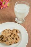 Czekoladowego układu scalonego ciastka i szkło mleko Fotografia Stock