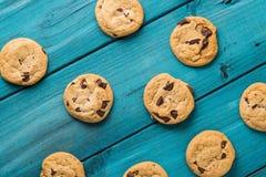 Czekoladowego układu scalonego ciastka na błękita stole Zdjęcie Royalty Free