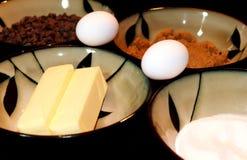 Czekoladowego układu scalonego ciastka składniki w pucharze zdjęcie royalty free