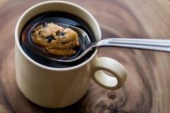 Czekoladowego układu scalonego ciastko w kawie z łyżką zdjęcia stock