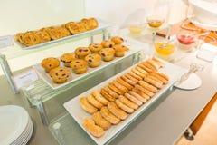 Czekoladowego układu scalonego muffins na stole w bufecie zdjęcia stock