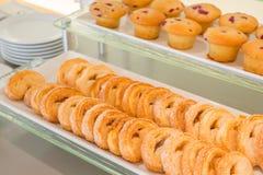 Czekoladowego układu scalonego muffins na stole w bufecie fotografia stock