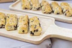 czekoladowego układu scalonego chlebowi kije na drewnianej tacy zdjęcie royalty free