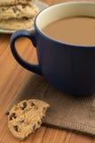 Czekoladowego układu scalonego ciastka i kawowy kubek Fotografia Royalty Free