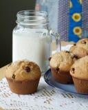 Czekoladowego układu scalonego mleko i muffins Fotografia Stock