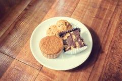 Czekoladowego układu scalonego tort i ciastka Zdjęcie Stock