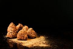 Czekoladowej trufli cukierki z kakaowym proszkiem na ciemnym tle fotografia royalty free