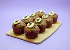 Czekoladowi bananowi muffins ustawiający na drewno desce Zdjęcie Royalty Free