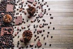 Czekoladowi bary i kawowe fasole Z kakaowymi fasolami obraz royalty free