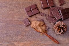 Czekoladowi bary i sproszkowana czekolada obrazy royalty free