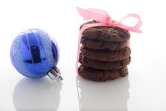 Czekoladowi ciastka & Bożenarodzeniowe piłki Zdjęcia Stock