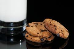 Czekoladowi ciastka i mleko Obrazy Stock
