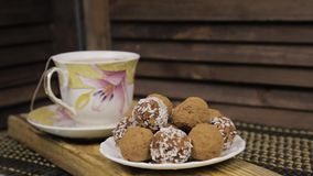 Czekoladowi cukierki i herbaciany ustawiaj?cy na drewnianym stole Porcelany herbaciany ustawiający na drewnianym tle zbiory
