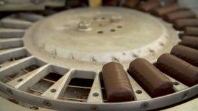 Czekoladowi cukierki na konwejeru pasku zdjęcie wideo