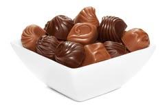 Czekoladowi cukierki w białym pucharze. Fotografia Royalty Free