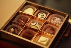 Czekoladowi cukierki w pudełku Zdjęcia Royalty Free