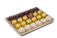 Czekoladowi cukierki w pudełku na białym tle. Fotografia Stock
