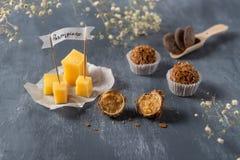 Czekoladowi cukierki z serowym i parmisan na tle Wyśmienicie cukierki dla smakosza obrazy royalty free