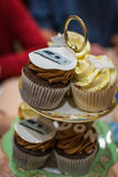 Czekoladowi filiżanka torty Przy Rocznicowym świętowania przyjęciem Zdjęcia Royalty Free