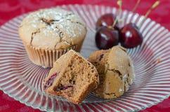 Czekoladowi i czereśniowi muffins Zdjęcia Royalty Free