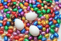 Czekoladowi i kurni Easter jajka Fotografia Royalty Free