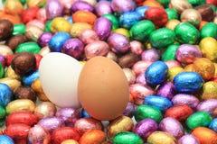 Czekoladowi i kurni Easter jajka Zdjęcia Stock