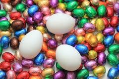 Czekoladowi i kurni Easter jajka Obrazy Royalty Free