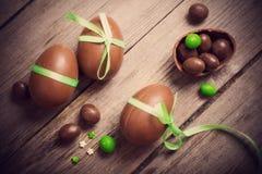 Czekoladowi jajka Nad Drewnianym tłem Zdjęcia Royalty Free