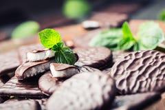 Czekoladowi Miętowi ciastka Mennica miętówka mentol Czarna czekolada z miętową śmietanką Czarna czekolada z nowym farszem Zdjęcia Royalty Free