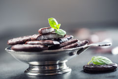 Czekoladowi Miętowi ciastka Mennica miętówka mentol Czarna czekolada z miętową śmietanką Czarna czekolada z nowym farszem Obrazy Stock