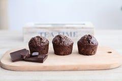 Czekoladowi muffins na drewnianej deski herbaty czasie Zdjęcia Royalty Free